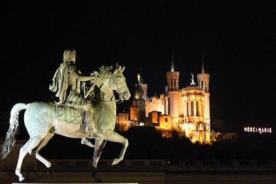 Fourviere et cheval la nuit
